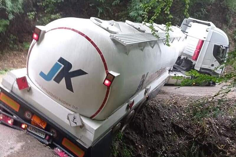 Kamiondžiju kod Tešnja navigacija odvela na pogrešan put, cisterna zamalo završila u provaliji